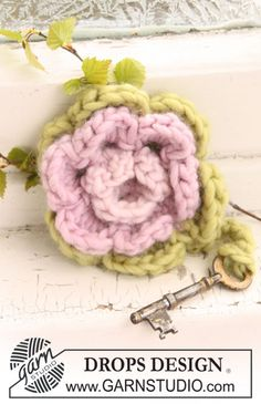 "Crochet DROPS flower in ""Eskimo"" for key ring. ~ DROPS Design"