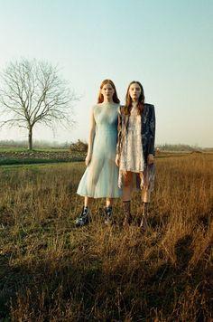 圖像裡可能有2 個人、大家站著、鞋子、草、戶外和大自然