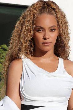 half up half down ponytail beyonce Beyonce Curly Hair, Beyonce Hair Color, Beyonce Blonde, Estilo Beyonce, Curly Hair Styles, Natural Hair Styles, Natural Curls, Hair Buns, Curls