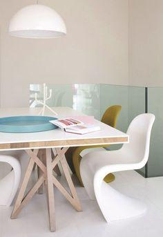 Les chaises design habillent la table de la salle à manger. Plus de photos sur Côté Maison http://petitlien.fr/81m3
