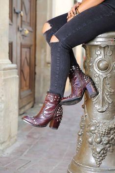 Old Gringo Gave Us Sneak Peak Of Their Fall/Winter 2020 Line - COWGIRL Magazine Cowgirl And Horse, Cowgirl Style, Cowgirl Boots, Cowgirl Fashion, Cowgirl Outfits, Boho Fashion, Chelsea Marie, Cowgirl Wedding, Old Gringo