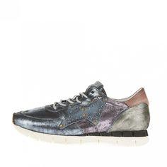 Aufsehen erregender Sneaker aus Leder in verschiedenen Metallic-Tönen mit besonderem Vintage-Finish. Ein Hingucker ist auch die Lederapplikation mit Nieten.