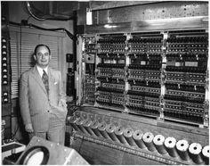 John Von Neumann, junto a su computadora MANIAC, un hito fundamental...