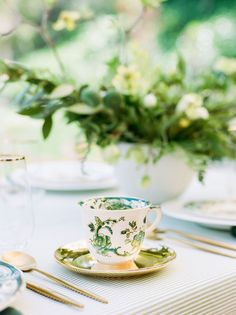 La Tavola Fine Linen Rental: Essex Kiwi | Photography: Rachel Havel, Event Planning & Design: RO & Co Events, Florals: Tropic of Flowers, Rental: borrowed BLU and Town & Country Event Rentals
