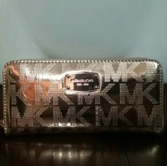 """Michael Kors Rose Gold Mirror Wallet STUNNING! Michael Kors Rose Gold Mirror Wallet (MATCHES MK PURSE LISTED IN MY CLOSET) Measures 8"""" W x 4"""" H x 1"""" D- tons of Bill & Card Slots! Brand New, no tags. Retail $199.00 Michael Kors Bags Wallets"""