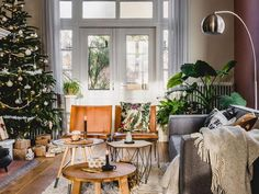 BINNENKIJKEN • neem een kijkje in het huis van Anouk en Rob uit 1946. Open, ruim en licht is hoe je dit interieur zou kunnen beschrijven. In elke ruimte is het doorleefde hout terug te zien, verwerkt in een tafel of wandkleding bijvoorbeeld. De mix van moderne items en oude spullen maken het stoer. |  Fotografie Louis Lemaire / insidehomepage |