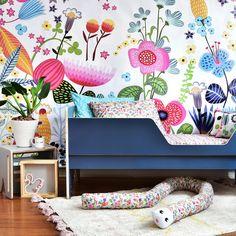 Quarto da coleção 2017 da @amomooui com o papel de parede JARDIM que deixa o quarto com muito mais personalidade, delicadeza e cores vivas com as flores mais lindas que um jardim poderia ter.  A roupa de cama não poderia ser diferente: alegre, colorida e super moderna! #quartodemenina #kidsroom #papeldeparede #wallpaper