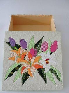 caixa em MDF, trabalhada em patchwork embutido. Forrada com tecido 100% algodão e internamente com EVA. As estampas dos tecidos podem variar. R$ 80,00