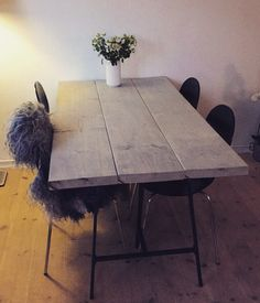 Plankebord. DIY. Homemade Home Design Diy, Home Interior Design, Homemade Kitchen Tables, Yellow Dining Room, Plank Table, Home Comforts, Dinning Table, Ikea Hacks, Diy Furniture