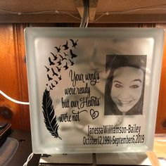 Flower Shadow Box, Diy Shadow Box, Memorial Gifts, Memorial Ideas, Fun Arts And Crafts, Fun Crafts, Grieving Gifts, Vinyl Projects, Vinyl Crafts