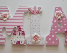 "Mia 9"" pulgadas de princesa color rosa y blanco vivero madera Letras… Wood Letters Decorated, Painted Wood Letters, Wooden Letters, Baby Name Letters, Nursery Letters, Craft Gifts, Diy Gifts, Cowgirl Baby, Birthday Box"