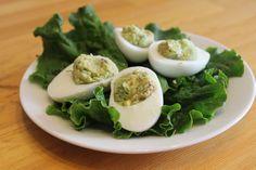 Фаршированные яйца. С помощью вареных яиц можно быстро приготовить вкусные сытные блюда, используя доступные приправы. Вареное вкрутую яйцо готовится быстро, достаточно несколько минут его нахождения в кипящей воде. Начинка может быть...http://vk.com/dinnerday; http://instagram.com/dinnerday #закуска #кулинария #фаршированные_яйца #рецепт #dinnerday #food #cook #recipe #appetizer #cookery #stuffed_eggs