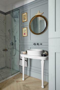 En el baño, consola de loza francesa del XIX, lavabo y grifo de Kartell by Laufen, espejo de los 70 y pinturas de Pepe Carretero. La ducha es de mármol de Ibiza.