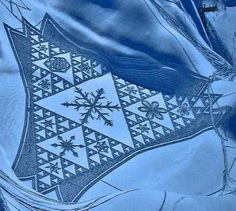 Simon Beck's Snow Art Artist Simon Beck creates these amazing pieces of snow art by walking in the snow wearing raquettes (snowshoes). Aliens, Simon Beck, Snow Artist, Ice Art, Snow Sculptures, Crop Circles, Sand Art, Animation, Community Art