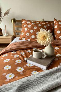 Het Covers & Co Oopsie Daisy dekbedovertrek is niet alleen mooi, maar ook comfortabel. Aan de voorzijde schitteren stippen met beeldschone bloemen en aan de achterzijde heb je stoere strepen. Gemaakt van katoenperkal dat GOTS-gecertificeerd is. #fonQ #fonQnl #slaapkamer #slaapweken #dekbedovertrek #Cover&Co #slaapkamerideeen #slaapkamerinspiratie #wooninspiratie