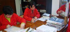 Trabajando en el taller de bolsas de papel