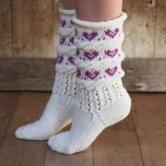 Hjertefin (Fjord/Ask) - oppskrift Crochet Socks, Knitting Socks, Hand Knitting, Knit Crochet, Rainbow Socks, Norwegian Knitting, Cute Socks, Wool Socks, Slipper Socks