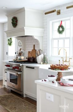 Warm And Cozy Christmas Kitchen Decoration For Inspiration - Here are a few simple tips that will help you keep your kitchen functional as well as beautiful. Be creative with glass displays. If you have glass pa. Kitchen Time, Diy Kitchen, Kitchen Decor, Kitchen Design, Kitchen Ideas, Kitchen Inspiration, Kitchen Magic, Room Kitchen, Dining Room