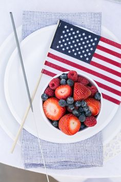 4th of July Party Inspiration with Crate and Barrel / Summer Entertaining / 4th of July Party Ideas / Outdoor Entertaining / Red White and Blue / Tabletop / Cocktail Recipes