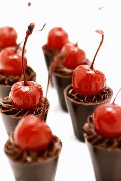 chocolate ganache with a cherry Candy Recipes, Dessert Recipes, Wedding Sweets, Confectionery, Creative Food, Caramel Apples, Dessert Table, Cake Decorating, Sweet Treats
