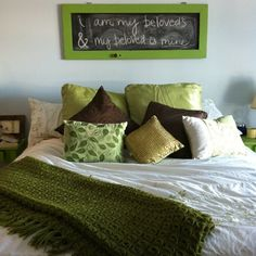 Put Chalkboard And Write Your Favorite Sentence - Creative Art Above The Bed Ideas