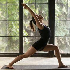 """Flow-Yoga: Energie im Fluss - """"Fließendes Yoga ist nicht nur ein tolles Training für den Körper, sondern bringt auch Kraft und Lebensfreude zurück. Wir zeigen euch verschiedene Flow-Yoga-Übungen zum Nachmachen."""""""