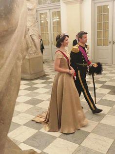 Vores Kronprinsepar ankom her til aften til gallamiddag på Christiansborg Slot i anledning af det belgiske statsbesøg ❤️  Kronprinsessen er som altid smuk i genbrug. Og så bærer HKH Kronprinsessen i aften det smykkesæt, hun har fået fra Dronning Ingrid - det er Dronning Ingrids fødselsdag idag.❤