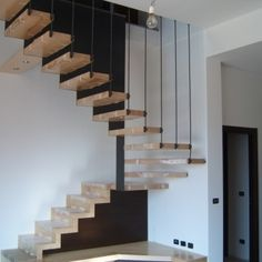 Struttura scala con gradini appesi