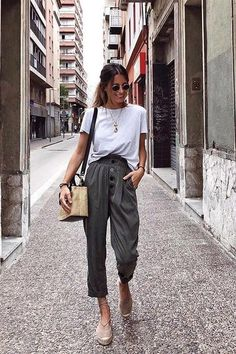casual outfits for winter ; casual outfits for work ; casual outfits for school ; casual outfits for women ; casual outfits for winter comfy Looks Street Style, Looks Style, Fashion Trends 2018, Casual Chic Outfits, Casual Chic Summer, Casual Chic Style, Casual Summer Outfits For Work, Modest Summer Fashion, Casual Ootd