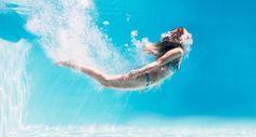 Das Wasser in Pool und Schwimmbad ist oft chlorhaltig. Tötet es Keime ab? Ist es giftig? Macht es blondes Haar grünlich? Was wirklich stimmt