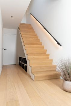 Z-trap, naadloos en zonder schaduwvoegen Timber Staircase, Staircase Design, Modern Stairs Design, Stairs In Living Room, House Stairs, White Oak Floors, Interior Stairs, Home Design Plans, Home Deco