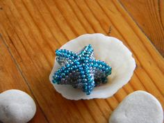 Nice little Starfish tutorial. Follow the pix and not the wording as they don't always match-pix are correct. Use longer thread than suggested-I ran out. Crochet Starfish, Beaded Starfish, Beading Projects, Beading Tutorials, Shell Crafts, Bead Crafts, Peyote Patterns, Beading Patterns, Beaded Earrings