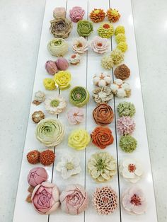 27 kinds of flowers piped by moroocake Korean Buttercream Flower, Buttercream Flower Cake, Flower Cupcakes, Buttercream Frosting, Pretty Cakes, Beautiful Cakes, Buttercream Designs, Royal Icing Flowers, Cake Piping