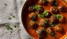 Currywurst ist Dein Leben? Dann ist dashier genau das Richtig. Das Gericht eignet sich auch bestens um nochmal warm gemacht zuwerden, falls Du für zwei Tage kochen möchtest. Zutaten für 2 Personen:  400g gemischtes Hackfleisch 1 Zwiebel 1 Knoblauchzehe 1 Ei 1-2 EL Kokosmehl 150ml Kokosmilch 500g passierte Tomaten Petersilie oder anderer Kräuter (Ingwer, Honig, Essig) Currypulver, Salz, Pfeffer, Olivenöl  Zubereitung: 1. Zunächst bereitest Du die Masse für