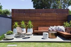 Mid Century Modern Patio Pavers Patio Mid Sized Modern Backyard Concrete Patio Idea In Home Decoration Ideas For Birthday Party Outdoor Rooms, Outdoor Living, Outdoor Decor, Outdoor Walls, Backyard Patio, Backyard Landscaping, Backyard Designs, Cozy Patio, Patio Bench
