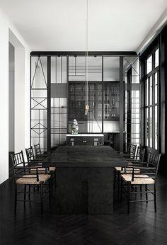 suelos-negros-silla-y-mesa-negras-comedor