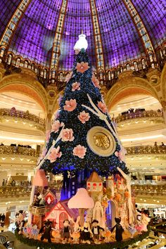 Big Christmas tree inside of LaFayette, Paris Christmas Wonderland, Christmas In Paris, Noel Christmas, Merry Christmas And Happy New Year, Christmas Photos, All Things Christmas, Christmas Themes, Christmas Wreaths, Christmas Christmas
