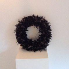 Prachtige witte krans met zwarte veren Krans door DeKeukenVanHegge