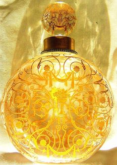 Splendid Baccarat Michelangelo 1920 Bottle One of the strongest production areas for Baccarat was perfume bottles, and by 1907 production was over 4000 bottles per day.
