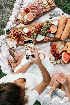 Picnic Ideas Discover Summer Bucket List: 20 Fun Things I Want To Do This Summer Why Im Obsessed with Style Subscription Boxes BrightonTheDay Summer Aesthetic, Aesthetic Food, London Travel Guide, Comida Picnic, Picnic Photography, Things I Want, Fun Things, Summer Things, Romantic Picnics