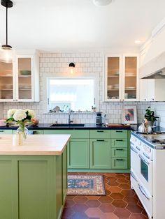 Grey Kitchen Tiles, White Subway Tile Backsplash, Green Kitchen, Kitchen Flooring, Kitchen Design, Kitchen Backsplash, Kitchen Ideas, Herringbone Backsplash, Kitchen White