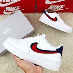 Nike Air Force 1 LV8 – Blue Vold / University Red – richtig cooler Sneaker für Frauen! Im Sommer passt dieser super zu Jeans und einem lässigen Top. ____ Bild: @fanamss