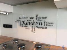 Een glazen achterwand met tekst achter het fornuis blijft een leuke trend…