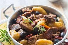 Une recette d'agneau pleine de soleil issue de la cuisine portugaise avec des pommes de terre, du chorizo et des olives.