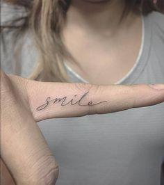 """Einzelnadel """"Smile"""" -Tattoo am Finger. Tätowierer: Osten Source by mikiemily Finger Tattoo Designs, Tattoo Am Finger, Finger Tattoos Words, Finger Tattoo For Women, Small Finger Tattoos, Small Girl Tattoos, Little Tattoos, Tattoos For Women, Ring Finger"""