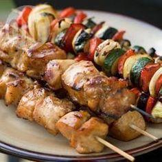 Heerlijke kipspiesjes van de barbecue (of grill), in een marinade van honing, sojasaus en knoflook. Gebruik je favoriete groenten, bijvoorbeeld ui, paprika, kerstomaatjes of champignons.
