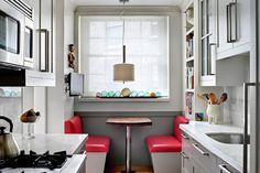 Para incluir un office en tu cocina no necesitas mucho espacio, inspírate en este ambiente creado con una mesa y dos bancos.