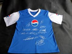 PEPSI COLA T-SHIRT SIGNED BY 11 FAMOUS SOCCER PLAYERS. THIS SHIRT WAS THE PRIZE FOR A COMPETITION RUN JUST BEFORE THE 2006 SOCCER WORLD CUP IN GERMANY. SOME OF THE NAMES FOUND:  Fernando Torres David Beckham Frank Lampard Alessandro Nesta Robert Huth Ronaldinho Roberto Carlos Thierry Henry Raul Gonzales Rafa van der Vaart Hernan Crespo.