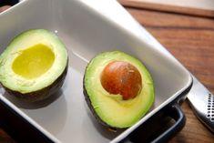 Avocadosalat med mango er en både nem og sund salat, der kan laves på fem minutter. Salaten består af tern fra avocado og mango, og den er god som et mellemmåltid.  Du skal prøve denne simple