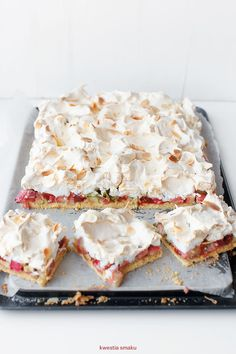 shortbread cake with rhubarb, raspberry jam and meringue